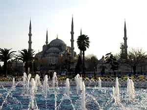 Sininen moskeija on ilta-auringossa lumoava näky.