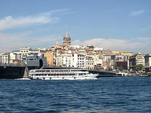 Näkymä vanhasta kaupungista Galata-sillalle ja Beyoglun kaupunginosaan.