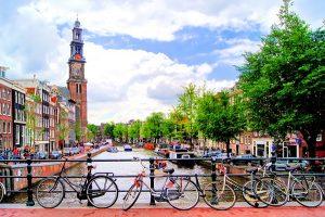 Amsterdam kukkii sateenkaaren väreissä