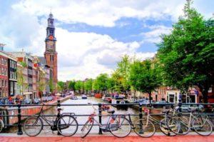 Read more about the article Amsterdam kukkii sateenkaaren väreissä