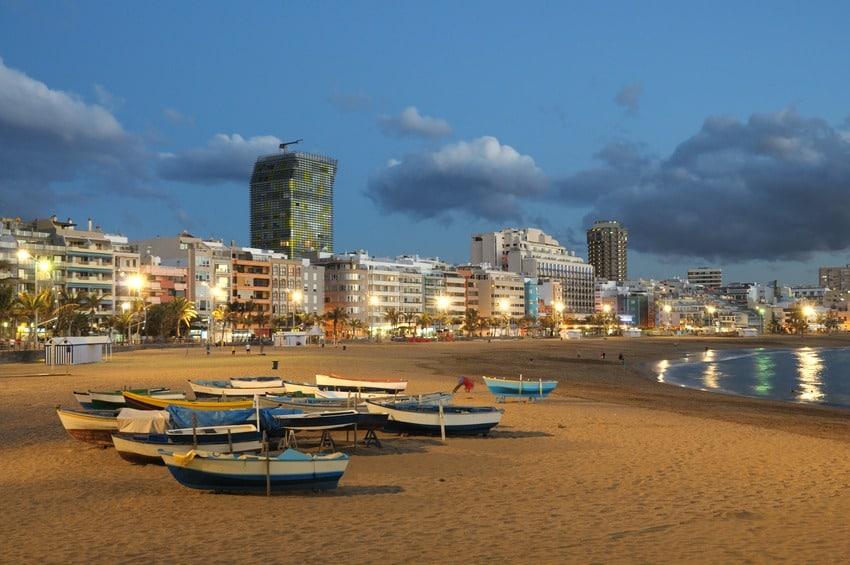 Las Palmas - Las Canterasin ranta iltavalaistuksessa